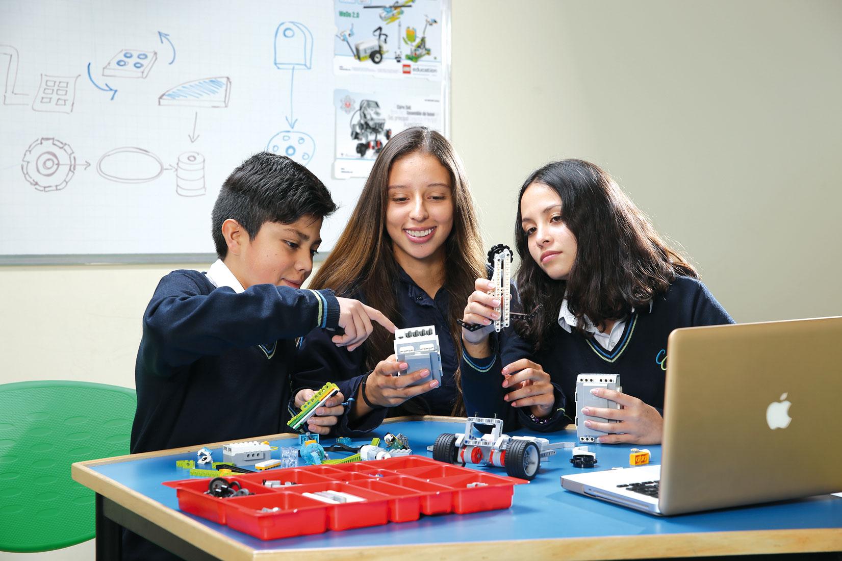 Estudiantes en Aula Lego