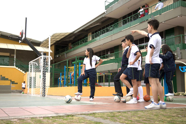 Estudiantes en cancha de fútbol