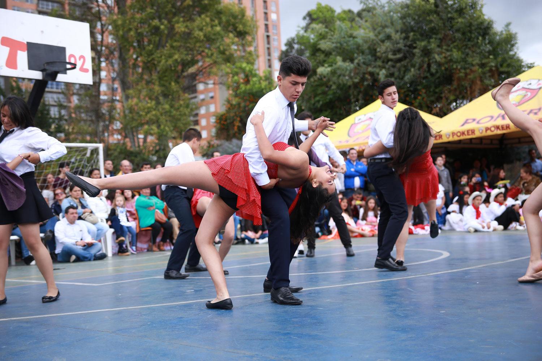 Estudiantes bailando