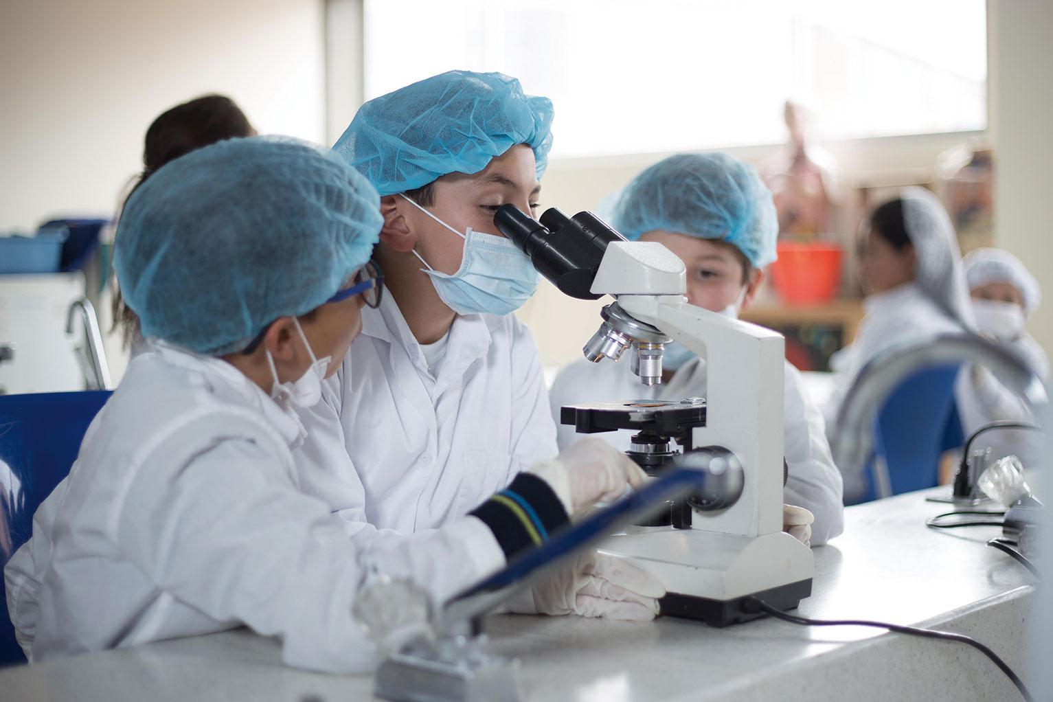 Estudiantes en Laboratorio de Biología
