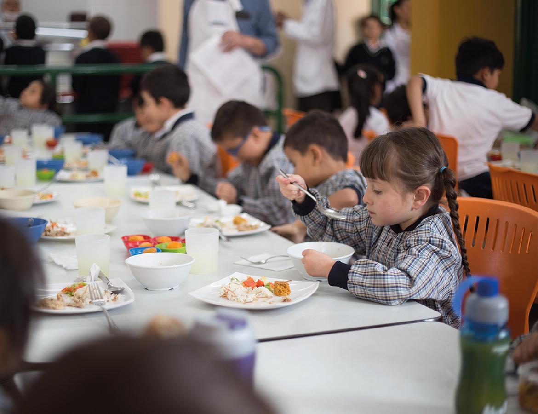 Estudiante en comedor escolar