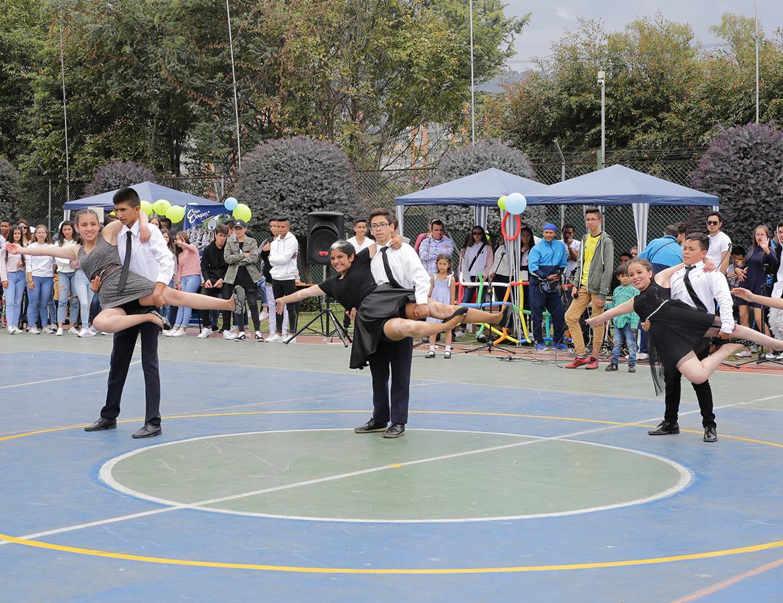 Estudiantes bailando salsa en el día de la familia