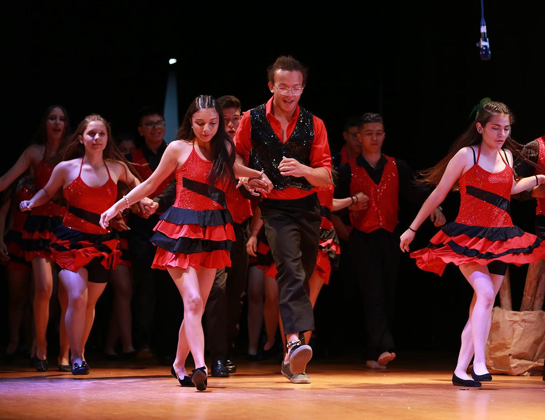 Estudiantes bailando salsa en clausura