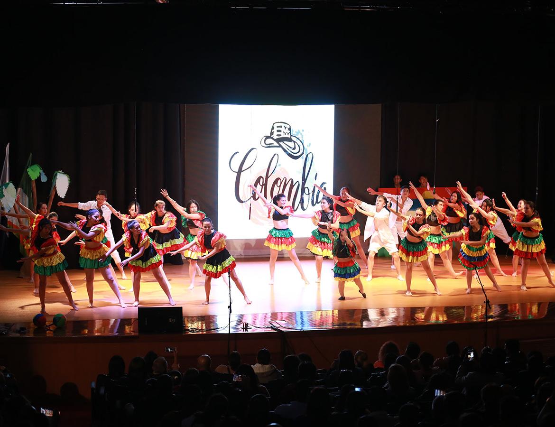 Estudiantes bailando mapale en clausura