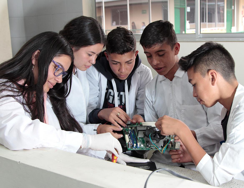 Estudiantes en clase de mantenimiento de computadores